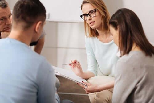 psychosoziale Intervention - Therapeutin mit Patienten