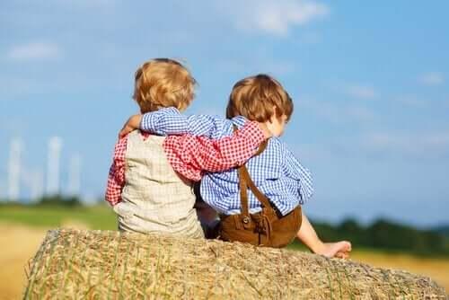 zu entschuldigen - zwei Jungen umarmen sich