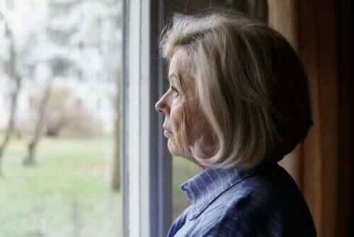 über Vorurteile - ältere Frau blickt aus dem Fenster