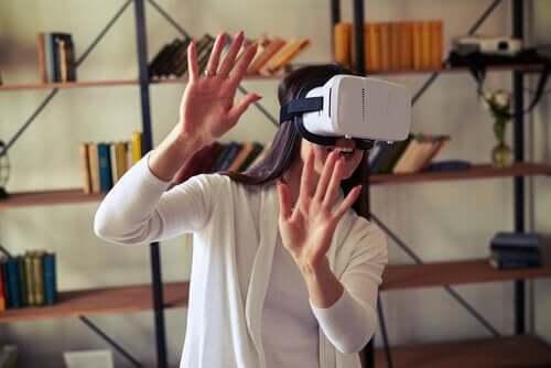 neuropsychologischen Rehabilitation - Frau mit VR Brille