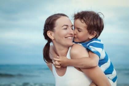 Eine Mutter mit ihrem Sohn am Strand.