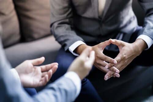 Zwei Männer reden über Arbeit. Narzisstische Versorgung als Kollegen.