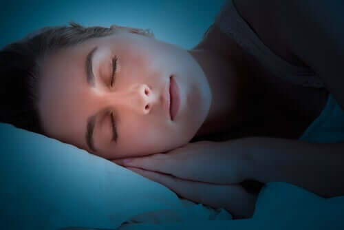 Tief und fest schlafende Frau. Serotonin  und Schlafzyklus.