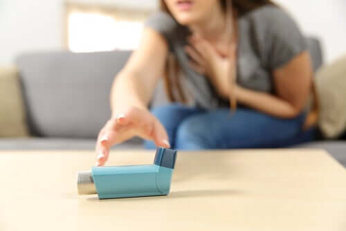 Asthma - Frau greift nach Inhalator