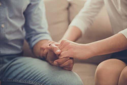 Mirror-Touch-Synästhesie - Mann und Frau halten sich die Hand