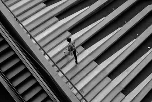 Spaß-Theorie - Mann läuft auf Klaviertasten