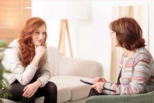 CBT verbindet Gedanken mit Verhalten. Nach diesem Ansatz besteht eine wesentliche Beziehung zwischen Gedanken, Emotionen und Verhaltensweisen.