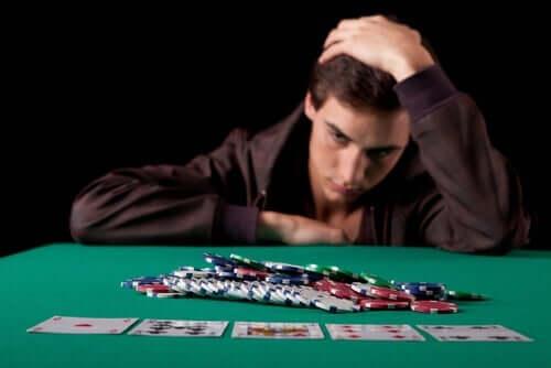 Der erste Schritt zur Überwindung einer kognitiven Verzerrung besteht darin, dass ein pathologischer Spieler diese Verzerrung bemerkt.