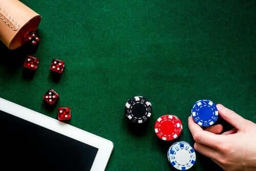 Pathologische Spieler haben bestimmte irrationale Überzeugungen oder kognitive Verzerrungen im Kopf, die sie spielsüchtig machen.