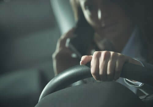 Autounfall - Frau mit Handy am Steuer