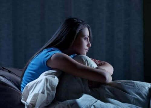 Behandlung von Schlafstörungen - Frau sitzt im Bett