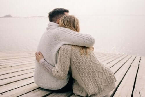 Geheimnis einer guten Beziehung - Paar umarmt sich