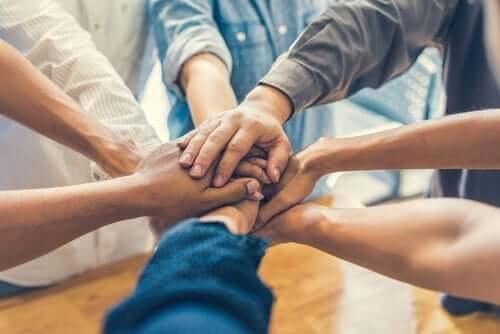 Gruppenzusammenhalt - Hände übereinander