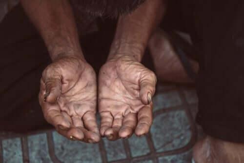 Sozialleistungen - zwei geöffnete Hände