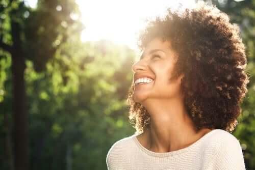 Wissenschaft des Wohlbefindens - glückliche Frau