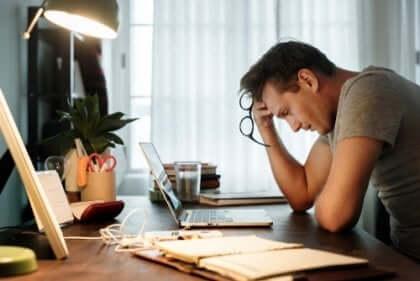 Arbeitsüberlastung - erschöpfter Mann