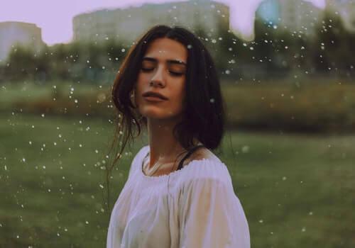 außerkörperliche Erfahrungen - Frau im Regen