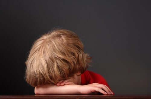 emotionales Wohlbefinden - trauriges Kind