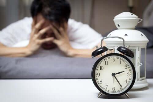 Behandlung von Schlafstörungen - übermüdeter Mann