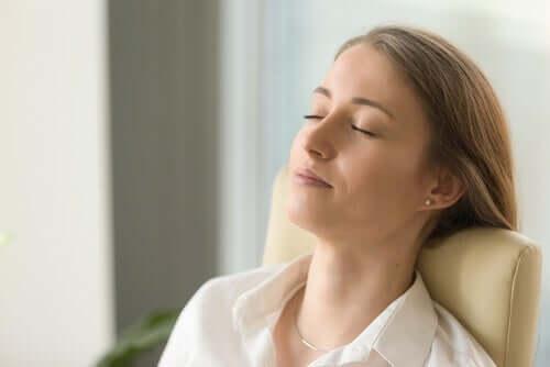 Emotionsregulation - entspannte Frau mit geschlossenen Augen
