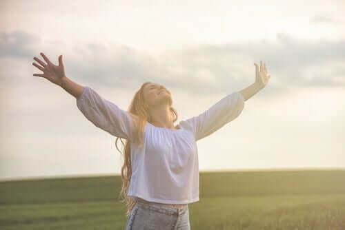 Wissenschaft des Wohlbefindens - optimistische Frau