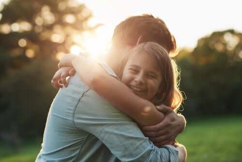 einsam und leer - Vater umarmt Tochter