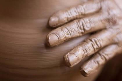 Einer der faszinierenden neurowissenschaflichen Fälle ist der von Madeline, die an Zerbralparese und unwillkürlichen Handbewegungen litt. Ein Rehabilitationsprogramm half ihr und sie wurde im Anschluss daran tatsächlich Bildhauerin.