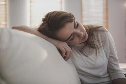Langeweile ist eines der eindeutigen Anzeichen dafür, dass du in einem Netz der Gewohnheiten gefangen bist. Sie äußerst sich als ein Gefühl des Desinteresses an allem.