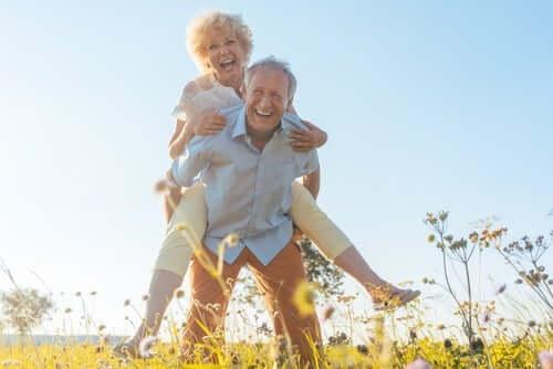 Alterungsprozess - älteres fröhliches Paar