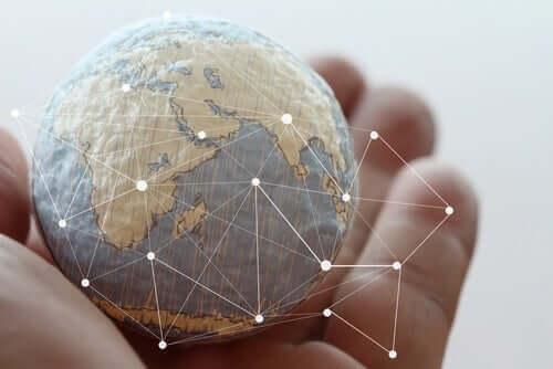 Yuval Noah Harari - Globus in einer Hand