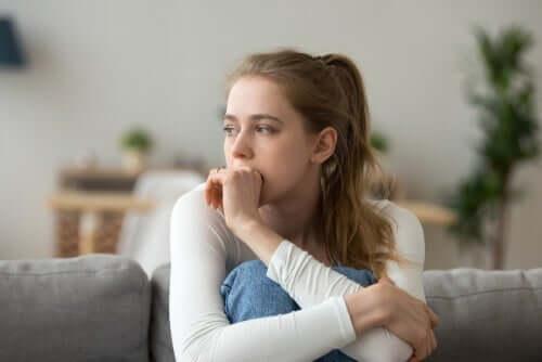 emotionale und rationale Entscheidungen - traurige Frau