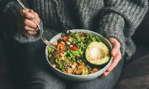 vegetarische Ernährung - Frau isst Gemüse