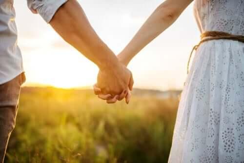 Verliebtheit - Paar Hand in Hand