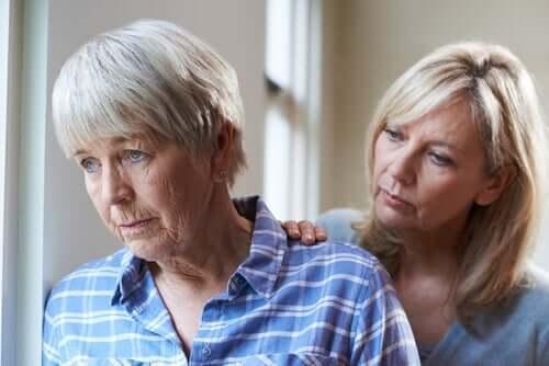 kortikale und subkortikale Demenz - Frau mit ihrer Mutter