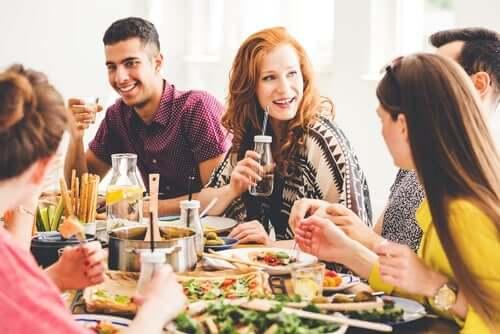 vegetarische Ernährung - Menschen beim Essen
