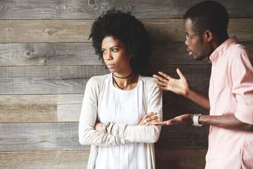 Nörgler und Jammerer äußern ihre Gedanken auf eine sehr explizite Weise. Dagegen läuft das Grübeln rein mental ab. Wann immer ein Grübler sich explizit äußert, wird sich dies in einer Beschwerde oder einer Kritik niederschlagen.