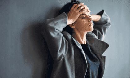 Der Schlüssel zur Verringerung der Angst ist diese Tatsache: Das sympathische und das parasympathische Nervensystem können nicht gleichzeitig aktiv sein. Atem- und Entspannungstechniken können dir dabei helfen, eines zu deaktivieren und das andere zu aktivieren.