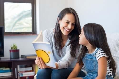 Eine Mutter verwendet die Silbenmethode mit ihrer Tochter
