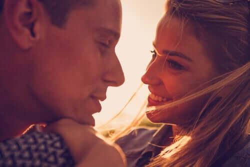 In der Liebe geht es um Taten und eine Beziehung ist in diesem Sinne eine Aufgabe, die ein Leben lang anhält und an der ständig gearbeitet werden muss.