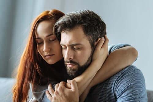 Du kannst dich auf mich verlassen - Paar umarmt sich