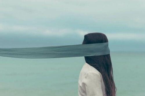 Experiment von Quattrone und Tversky - Frau mit bedeckten Augen