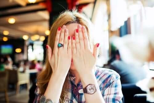 Verlegenheit - beschämte Frau