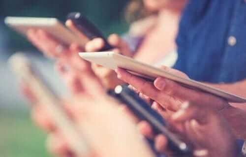 digitale Kluft - Menschen mit Mobiltelefonen
