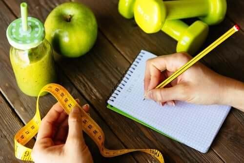 restriktive Diäten - Maßband und Notizblock