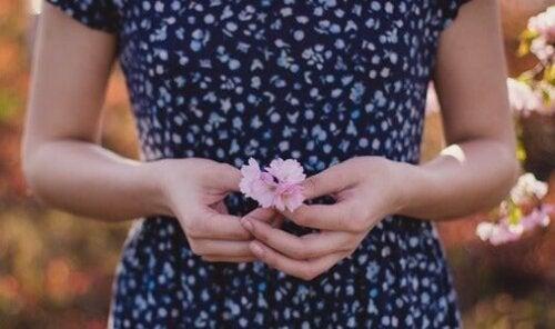 Verzeih mir - Frau mit einer Blume