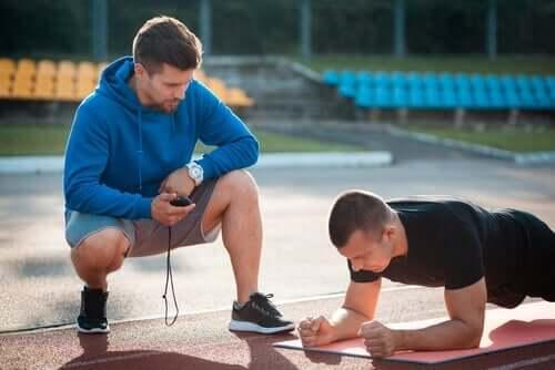 Übertraining - Mann trainiert einen anderen Mann