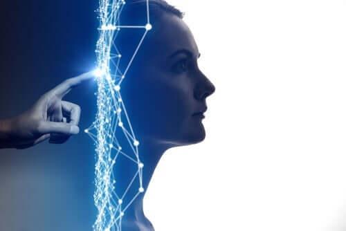 Künstliche Intelligenz und Psychologie - Frauengesicht aus einem Monitor