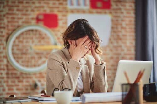 Perfektionismus am Arbeitsplatz - frustrierte Frau
