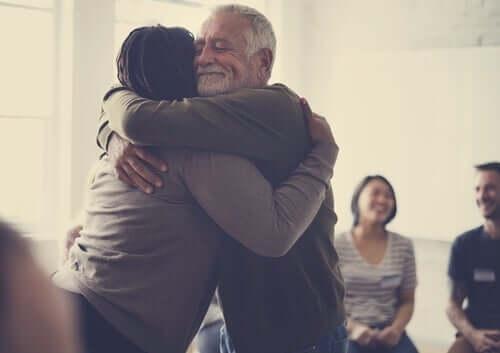 Welt zu verändern - Menschen umarmen sich