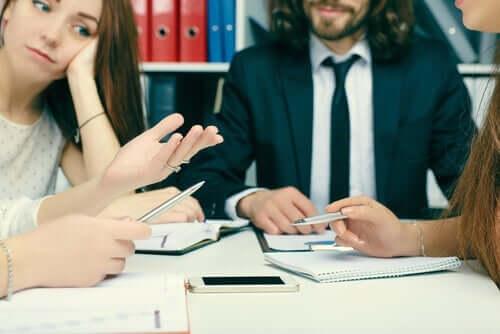 negative Haltungen - Besprechung am Arbeitsplatz